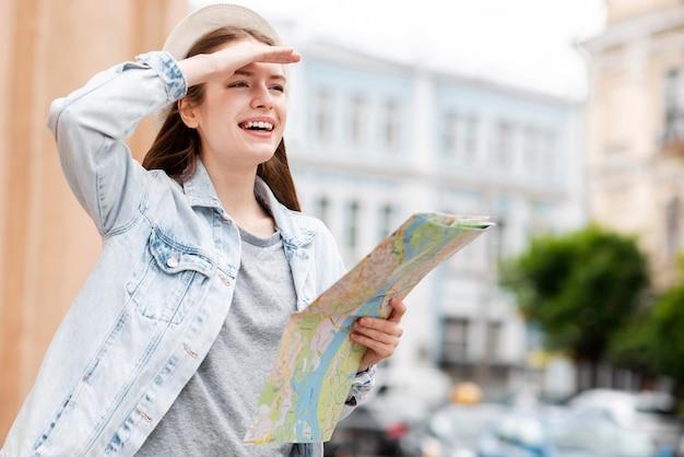Stadsreiziger met een kaart in de stad Gratis Foto
