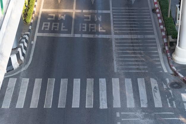Stadsstraat en zebrapad Premium Foto