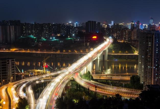 Stadsuitwisseling overbruggen 's nachts met paars licht show in chong qing Gratis Foto