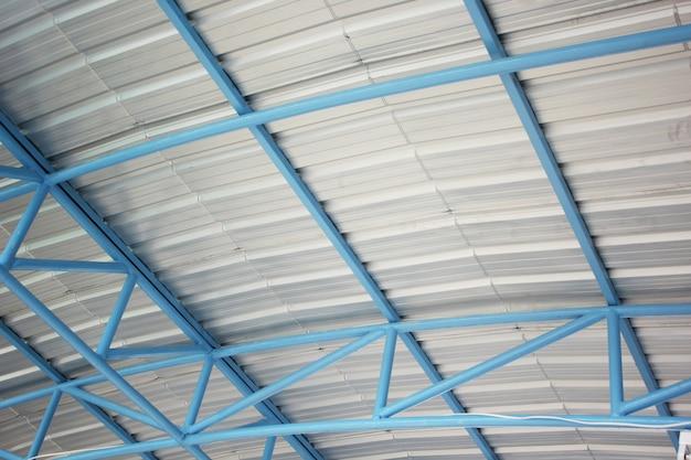 Stalen frame onder het dak Premium Foto