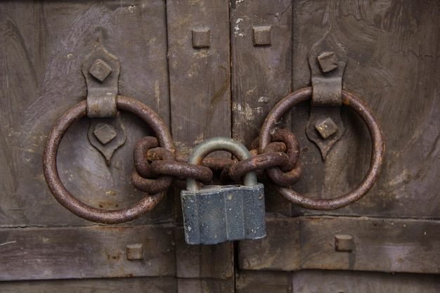 Stalen hangslot dat de oude deur houdt Premium Foto