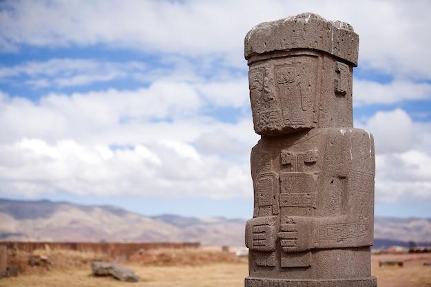 Standbeeld op kalasasaya tempel in tiwanaku, bolivia Premium Foto