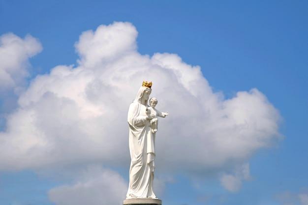 Standbeeld van de maagd maria met kleine jezus Premium Foto