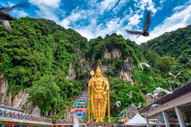 Standbeeld van lord muragan en ingang bij batu caves in kuala lumpur, maleisië. Premium Foto