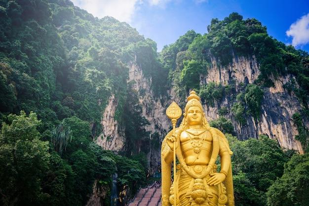Standbeeld van lord muragan en ingang bij batu caves Premium Foto