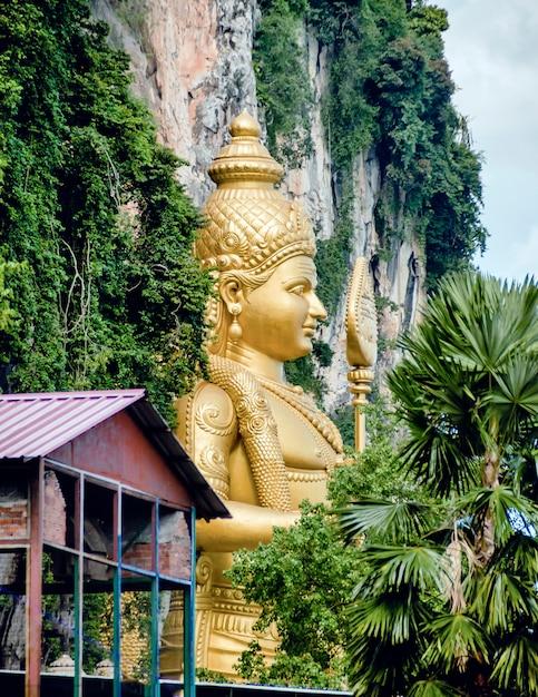 Standbeeld van lord muragan in batu caves in maleisië. Premium Foto