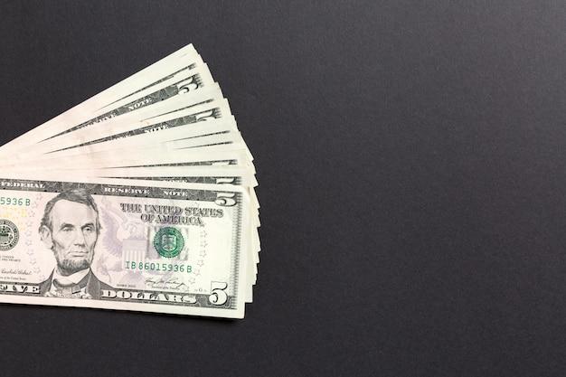 Stapel 5 dollarbankbiljetten op kleurrijk. bovenaanzicht financieel r Premium Foto