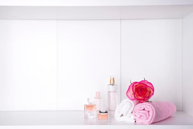 Stapel badhanddoeken met roos op lichte achtergrond Premium Foto