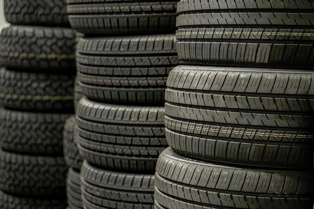Stapel banden stapel in magazijn te wachten om te vervoeren naar distributeurs, nieuwe autobanden product in de fabriek Premium Foto