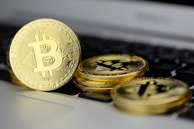 Stapel bitcoin-munten op laptop toetsenbord Premium Foto