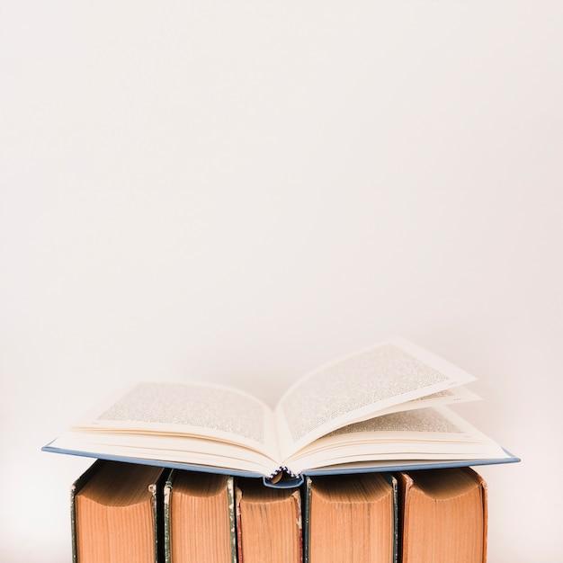 Stapel boeken op een boekhandel Gratis Foto