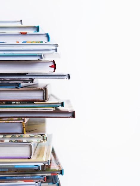 Stapel boeken van kinderen op een witte achtergrond. Premium Foto
