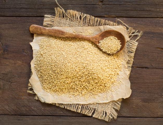 Stapel couscous in een houten lepel Premium Foto