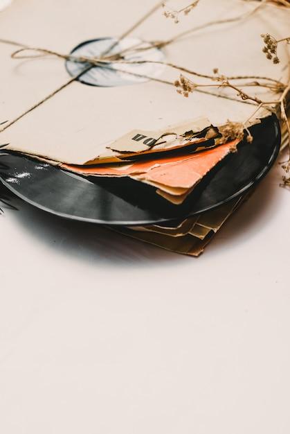 Stapel gekraste stoffige oude vinylverslagen die met kabel worden gebonden Premium Foto