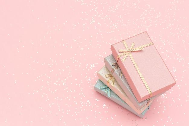 Stapel geschenkdozen met pastelkleuren op roze, bovenaanzicht Premium Foto