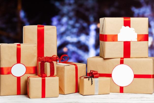 Stapel geschenken op de oude tafel Premium Foto