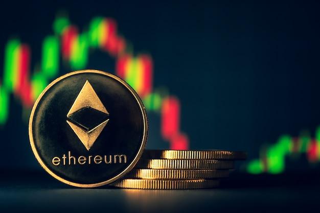 Stapel gouden muntstukken met ethereumsymbool met de achtergrond van de voorraadgrafiek. Premium Foto