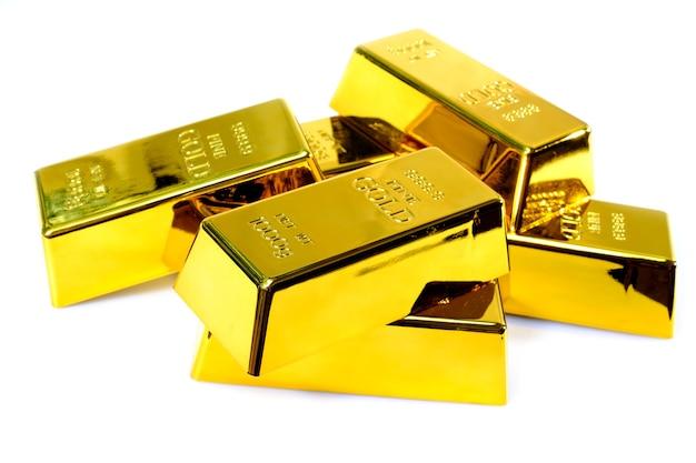 Stapel goudstaaf 1 kg op witte achtergrond Premium Foto