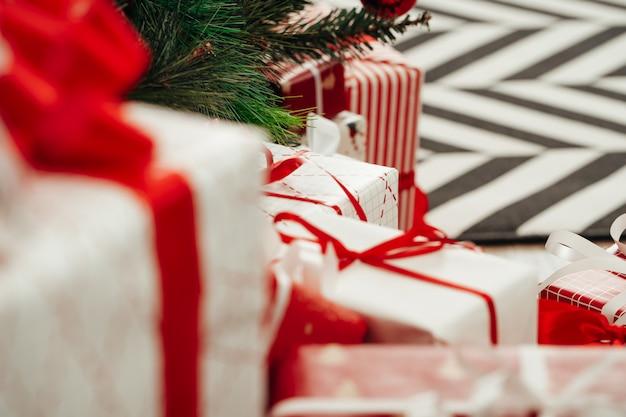 Stapel ingepakte cadeaus onder de kerstboom Premium Foto
