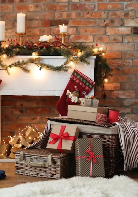 Stapel kerstcadeautjes en kerstversiering Gratis Foto