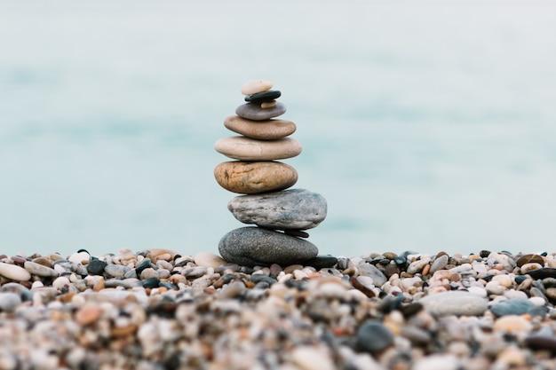 Stapel kiezelsteenstenen op oceaanachtergrond Premium Foto