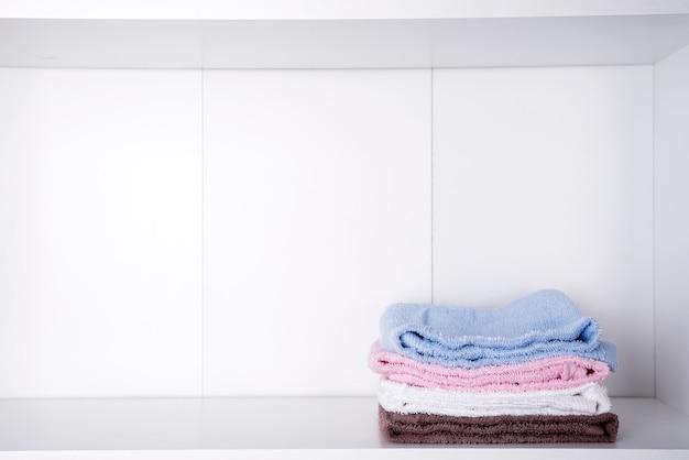 Stapel kleurrijke badhanddoeken op lichte achtergrond Premium Foto