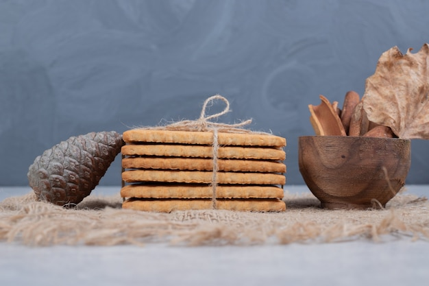 Stapel koekjes en kaneelstokjes op jute. hoge kwaliteit foto Gratis Foto