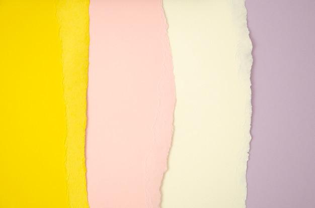 Stapel lijnen gescheurd gekleurd papier Gratis Foto