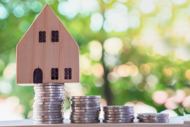 Stapel munten en huismodel, van plan om nieuw huis te kopen Premium Foto