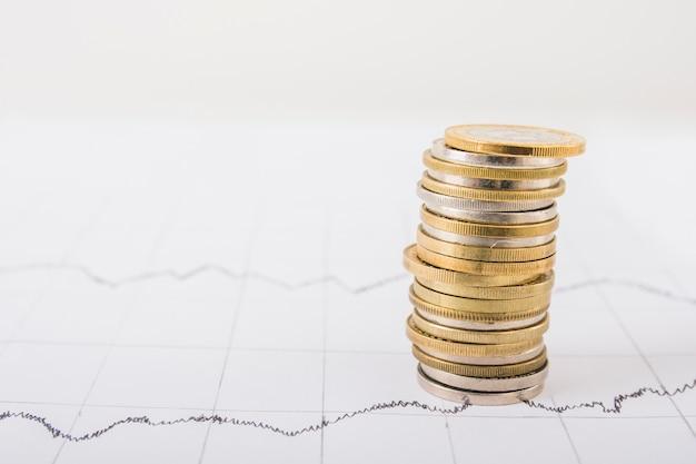 Stapel munten op tafel Gratis Foto