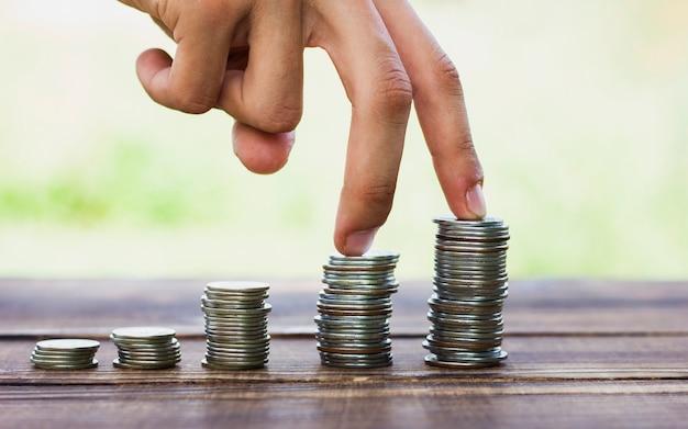 Stapel munten schaal op tafel opslaan Gratis Foto