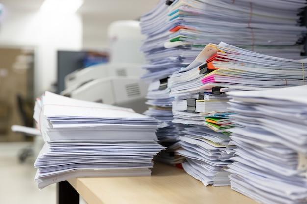 Stapel onafgemaakte documenten op bureau Premium Foto