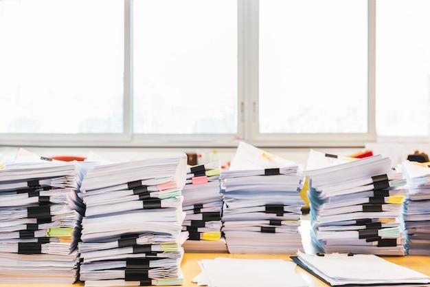 Stapel onafgemaakte documenten op bureau. Premium Foto