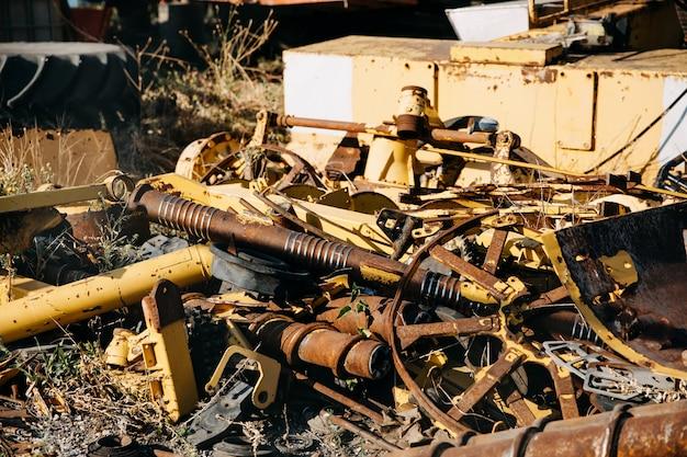 Stapel oud roestig metaal op een stortplaats. Premium Foto