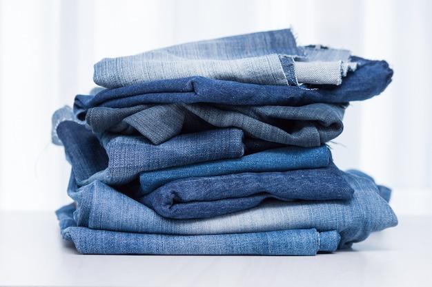 Stapel oude blauwe spijkerbroek voor recycling Premium Foto