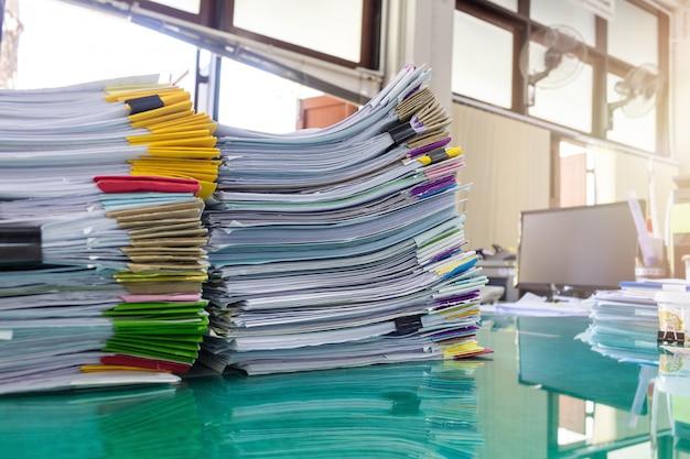 Stapel papier op kantoor, effect zon flare. Premium Foto