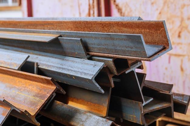 Stapel staal en roestige spoorprofielen. rail dwarsdoorsneden. afvalproductie. Premium Foto