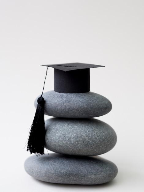 Stapel stenen met afstuderen cap Gratis Foto