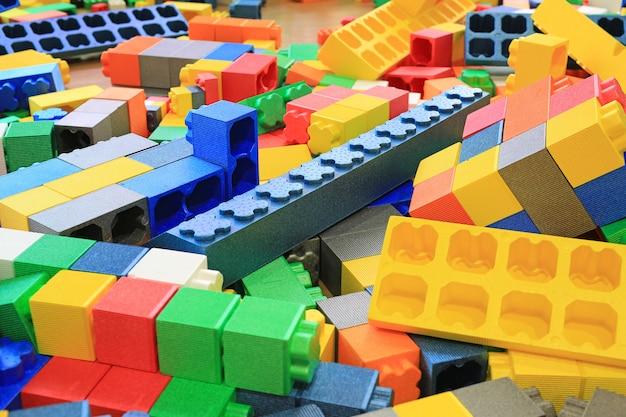 Stapel van kleurrijke grote blokken die speelgoedschuim bouwen. voorschoolse binnenspeeltuin. Premium Foto