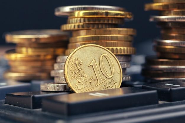 Stapel van munten en rekenmachine, idee bedrijfsfinanciën Premium Foto