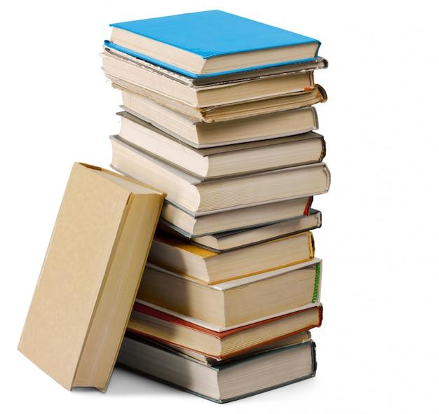 Stapel van oude boeken die op wit worden geïsoleerd Premium Foto