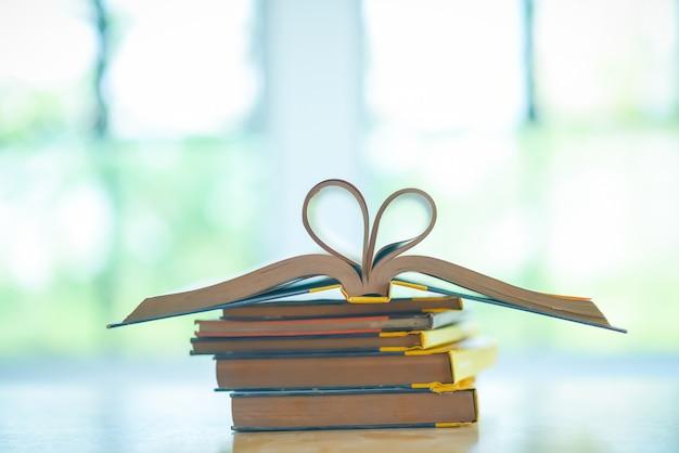 Stapel van oude boeken op de tafel Premium Foto