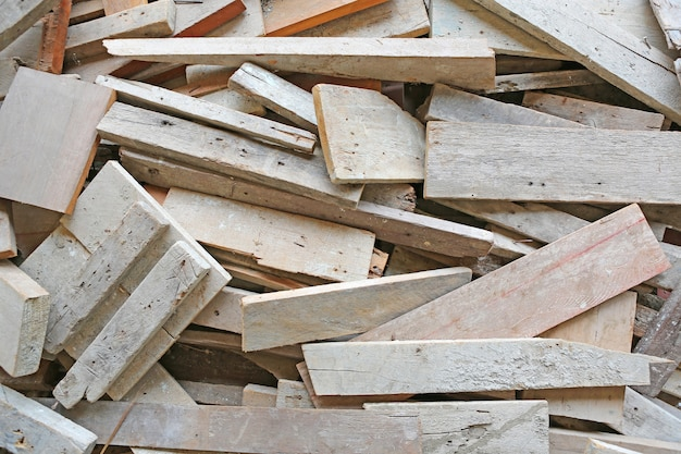 Stapel van oude gebruikte houtplanken. Premium Foto