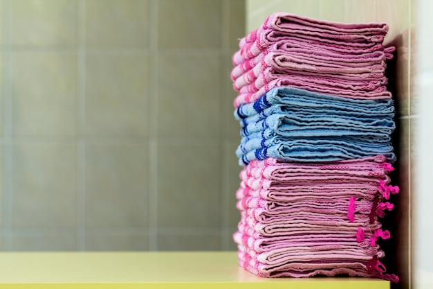 Stapel van roze badhanddoekenclose-up Premium Foto