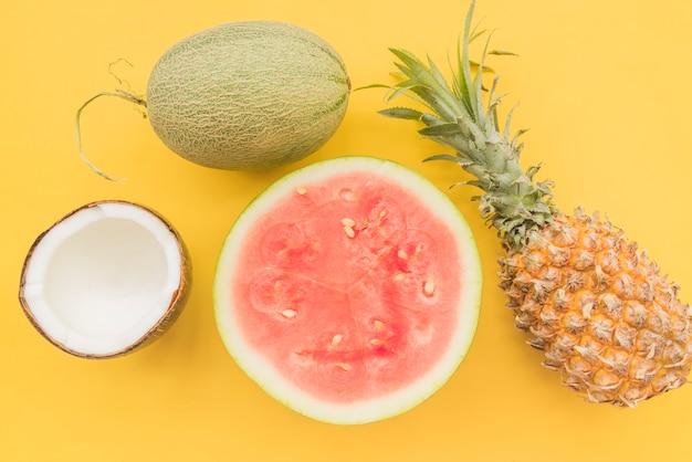 Stapel van vers rijp tropisch fruit Gratis Foto