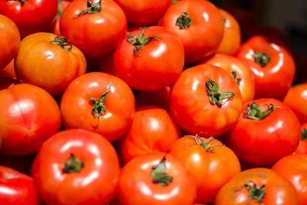 Stapel verse en heerlijke tomaten Gratis Foto