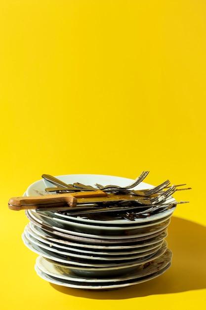 Stapel vuile borden en bestek kopie ruimte Gratis Foto