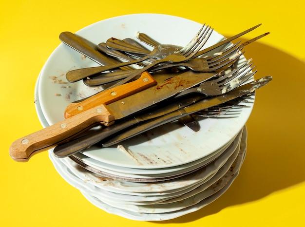 Stapel vuile borden en bestek Gratis Foto