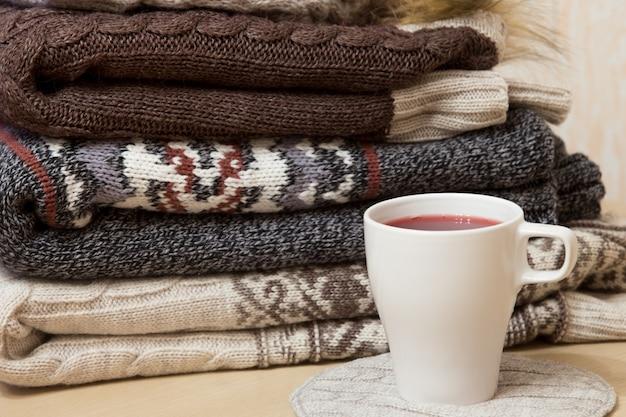 Stapel winterkleding en een petje molenwijn Gratis Foto