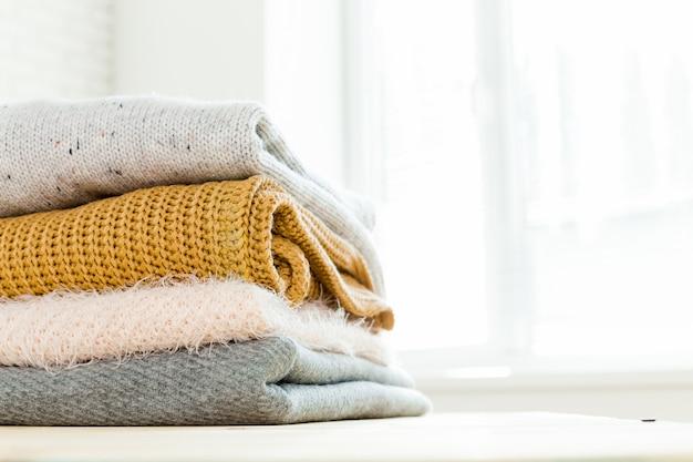 Stapel witte gezellige gebreide truien Premium Foto